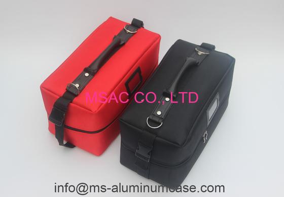 El color rojo del bolso profesional de la belleza para lleva el cosmético y el equipo de la belleza